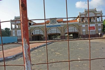 Cachée derrière des barrières, inaccessible au public : c'est ainsi que l'on découvre la gare de Dakar en 2013 / Hidden behind barriers and closed to the public: that's Dakar train station in 2013