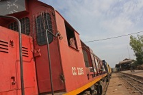 Le transport de marchandises, lui, se poursuit tant bien que mal. Des trains font presque chaque jour le voyage entre Dakar et Bamako (ici en gare de Kayes, au Mali) / Goods transport is still operating. Trains travel almost every day between Dakar and Bamako (here in Kayes, Mali)