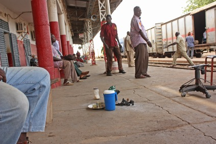 Au Sénégal comme au Mali, c'est l'opérateur privé Transrail qui gère depuis 2003 le transport de marchandises. Au Mali, il s'occupe en plus des passagers / Both in Mali and Senegal, the goods transport is operated by a private company, Transrail. In Mali, Transrail also operates passenger trains