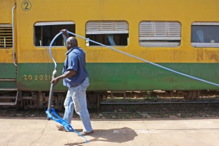 """C'est à Kayes que l'on retrouve ce qui reste du Dakar-Bamako. Cette rame """"autorail"""" effectue trois départs par semaine vers Bamako / It's in Kayes that we find what remains of the Dakar-Bamako. This """"autorail"""" starts three times a week from Kayes to Bamako"""