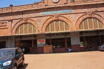 """""""Chemin de fer de Dakar au Niger"""", peut-on lire sur le fronton de la gare. A l'origine, le train allait jusqu'à Koulikoro, un peu plus en aval sur le fleuve Niger / Originally, the train terminus wasn't Bamako, but Koulikoro, a town located a bit further downstream on the Niger river. That's why the sign reads """"Chemin de fer de Dakar au Niger"""""""