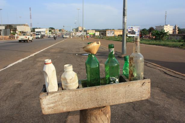 """Une """"station service"""" improvisée à Yamoussoukro / A """"gas station"""" in Yamoussoukro"""