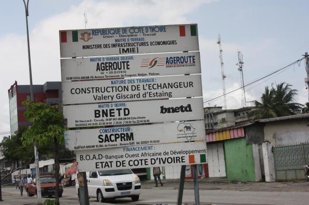 La construction de cet échangeur et du 3e pont d'Abidjan doit régler une partie des problèmes d'embouteillages / The construction of this interchange and of Abidjan's third bridge is supposed to solve some of the traffic jam problems