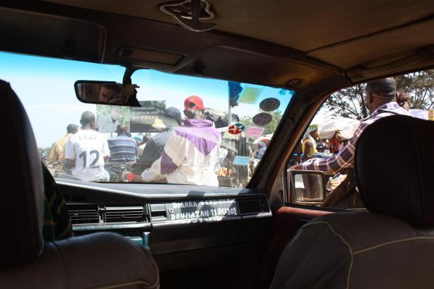 Dans les taxis de Bamako, le tableau de bord est souvent utilisé comme support de publicité improvisé / In Bamako's cabs, the dashboard is often used as a place for improvised advertising