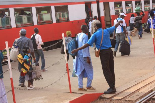 Le train venant du nord arrive à Yaoundé au moment où nous partons / The train coming from North Cameroon enters Yaoundé train station just before we leave