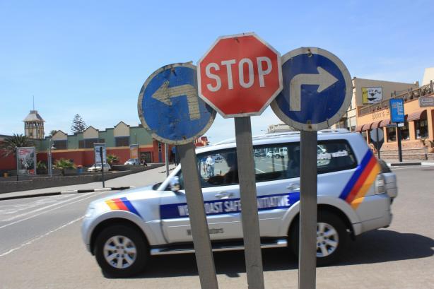 Dans les villes de Namibie, il ne manque ni d'asphalte ni de panneaux d'indication / In Namibian towns, it lacks neither asphalt or information signs