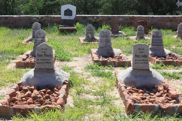 Un cimetière militaire près du site de la bataille de Waterberg (1904) / A military cemetery near the site of the Waterberg battle (1904)
