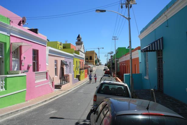Le quartier de Bo-Kaap, sur les flancs de Signal Hill, est l'un des plus visités par les touristes / The Bo-Kaap area, on the slopes of Signal Hill, is one of the tourists' favorites